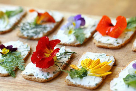 15_wedding_uses_edible_flowers7